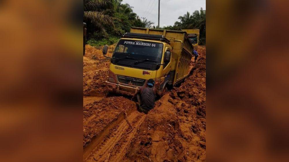 Kondisi jalan yang ada di Desa Tanjung Mandiri dikeluhkan warga karena berlumpur dan sulit didallui.