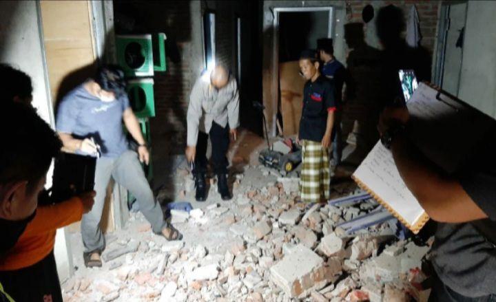 Isi rumah korban yang porak poranda setelah petasan meledak menewaskan kakak beraruk di Ponorogo.
