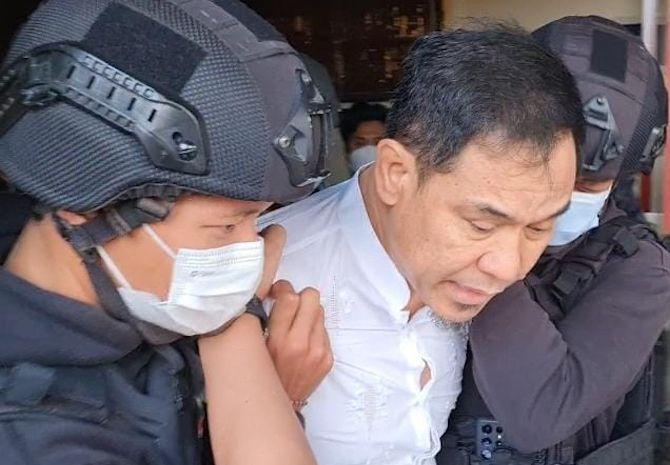 Tim Detasemen Khusus (Densus) 88 Anti Teror Polri menangkap Pengacara Rizieq Shihab, Munarman.