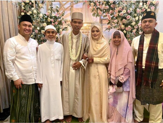 Ustad Abdul Somad (UAS) resmi menikah dengan gadis 19 tahun bernama Fatimah Az Zahra.