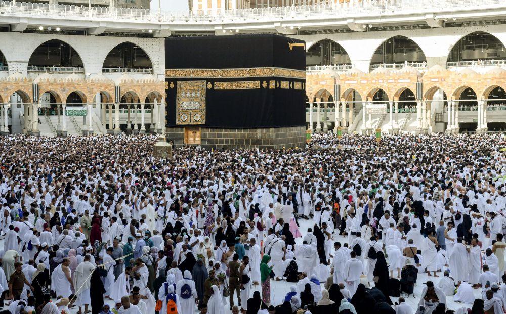 FOTO: DOK TERDAMPAK CORONA: Jemaah melakukan Tawaf al-Ifada, pada puncak peziarahan haji tahunan di Masjidil Haram di kota suci Mekkah, Arab Saudi. Merebaknya Virus Corona, berdampak pada penghentian sementara ibadah Umrah, dan ini pun dikhawatirkan menghalangi tahapan ibadah Haji musim 2020.