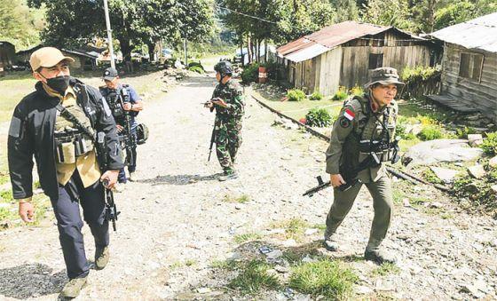 Aparat keamanan berjaga di Distrik Beoga, Kabupaten Puncak, Papua.
