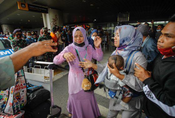 Sejumlah Pekerja Migran Indonesia (PMI) melewati berbagai macam di Bandara Internasional T2 Juanda di Sidoarjo, Rabu (28/4/2021).