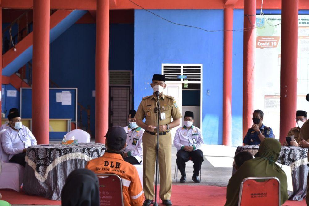 Walikota Jambi menyampaikan sambutan saat menyerahkan Zakat kepada Mustahiq.