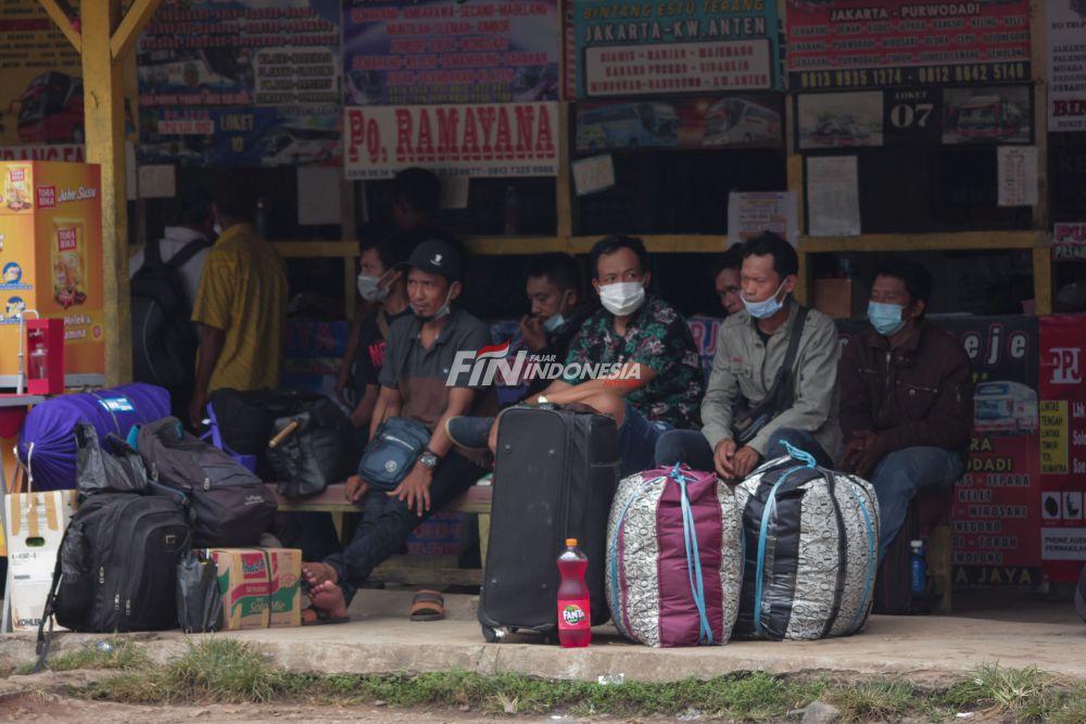 Calon penumpang menunggu bus di Terminal Lebak Bulus, Jakarta, Rabu (5/05). Adanya larangan pemerintah untuk mudik Pada tanggal 6-17 Mei, membuat sebagian masyarakat memilih untuk mudik lebih awal. Dalam sepekan pengelolah mencatat kenaikan Jumlah pemudik hingga 115 persen.