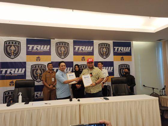 Pengusaha Malaysia Norizam Tukiman (kanan) resmi mengambil alih PSPS Pekanbaru.