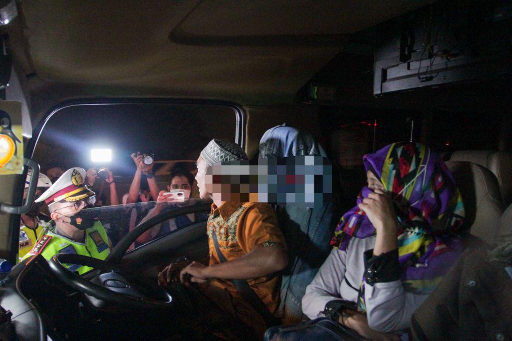 Petugas kepolisian memberhentikan kendaraan yang membawa pemudik dari arah Jakarta di di Pintu Tol keluar Cikarang Barat, Kamis (6/05) dini hari. Pemeriksaan tersebut terkait larangan mudik lebaran 2021 yang dimulai dari tanggal 6 hingga 17 Mei sebagai upaya mengantisipasi risiko peningkatan kasus penularan COVID-19 jelang perayaan Hari Raya Idul Fitri 1442 H.
