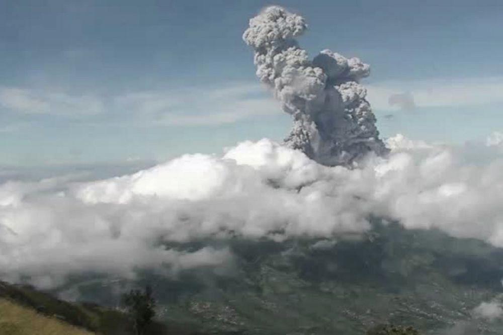 TEBAL: Mitigasi Bencana Geologi (BPPTKG) menunjukkan gunung berapi Gunung Merapi memuntahkan asap tebal ke udara seperti terlihat dari Jogjajakarta hingga perbatasan Jawa Tengah, Minggu (21/6)