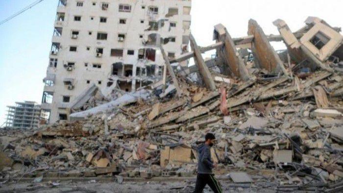 Salah satu bangunan di Gaza yang runtuh akibat serangan tentara Israel.