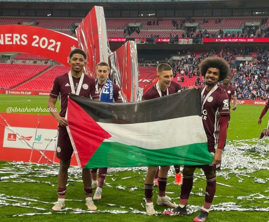 Wesley Fofana dan Hamza Choudhury berfoto dengan bendera Palestina.