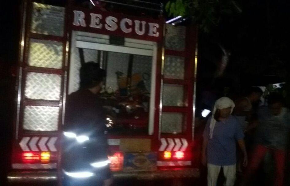 Pemadam kebakaran yang dikerahkan ke lokasi kejadian perkara.