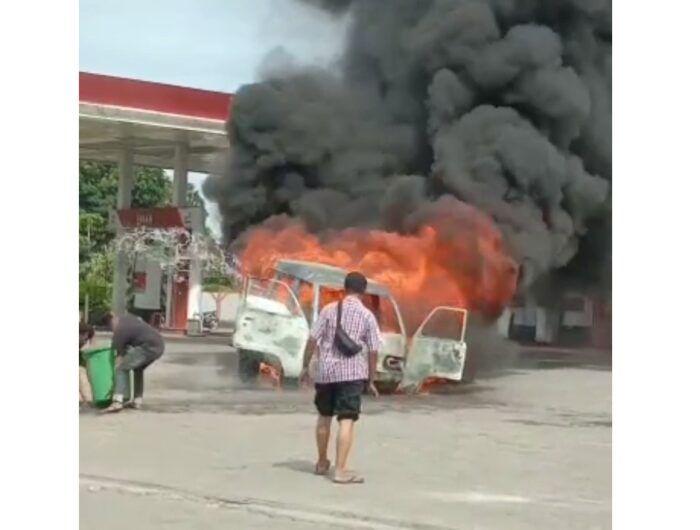 Mobil terbakar di SPBU Barru. (IST)