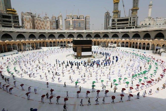 RENGGANG: Jamaah haji melaksanakan tawaf . (SAUDY MEDIA MINISTRY VIA AP)