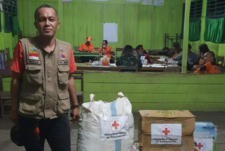 Kabid Kedaruratan dan Logistik BPBD Tanjabtim, Indra S Gunawan,saat berada di dapur umum di Kampung Lama Desa Mendahara Tengah