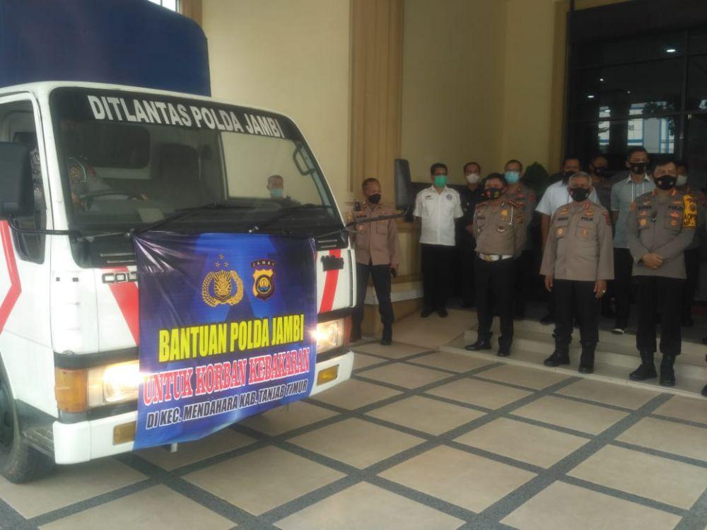 Polda Jambi Salurkan Bantuan Paket Sembako untuk Korban Kebakaran di Tanjab Timur.
