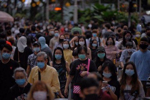 Warga Singapura beraktivitas di luar ruang dengan menerapkan protokol kesehatan. Warga Singapura kini dapat kembali berk...