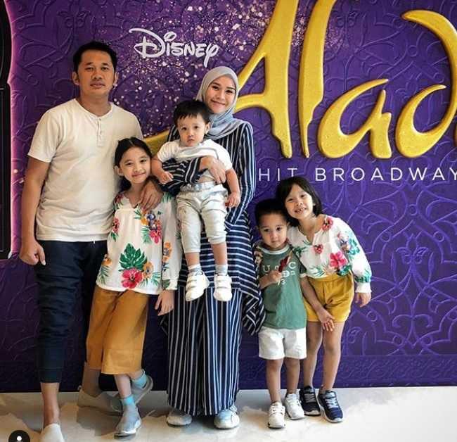 Zaskia A Mecca bersama keempat anaknya, dan Hanung Bramantyo.