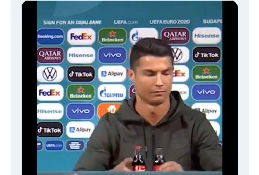 Cristiano Ronaldo singkirkan dua botol Coca Cola di depannya.