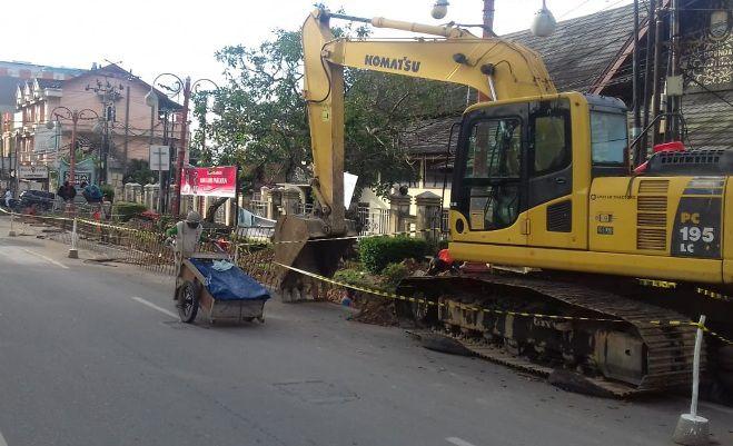 Pengerjaan pedestrian di Jalan Jendral Sudirman, Thehok, Kota Jambi. Pembangunan pedestrian ini menggunakan dana pinjaman PT SMI Rp 35 Miliar.