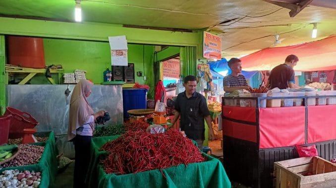 Disperindagnaker Tebo saat memantau harga sembako di di Pasar Sarinah Rimbo Bujang, Tebo.
