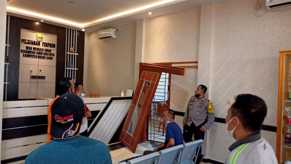 Akibat dibobol maling, sejumlah peralatan kantor Desa Mendalo Indah hilang, kerugian ditaksir mencapai puluhan juta rupiah