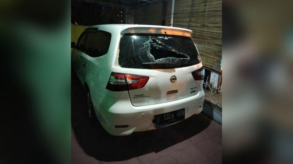 Kaca mobil warga Legok, Danau Sipin pecah karena dirusak oleh orang tak dikelan yang diduga geng motor yang meresahkan masyarakat Jambi.