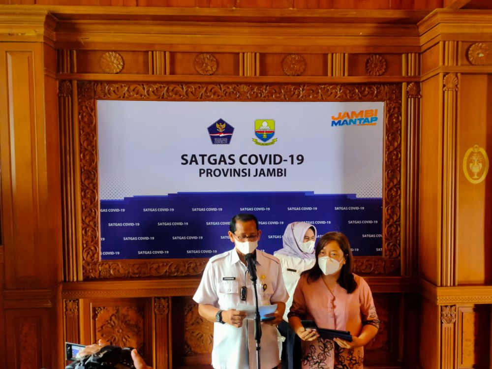 Jubir satgas penanganan Covid-19 Provinsi Jambi Johansyah dan pihak RSUD Raden Mattaher saat jumpa pers.