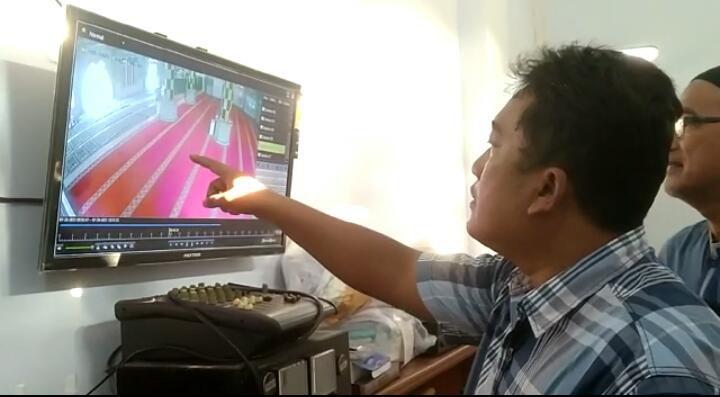 Pelaku pembobol kotak amal yang terekam CCTV saat melancarkan aksinya.