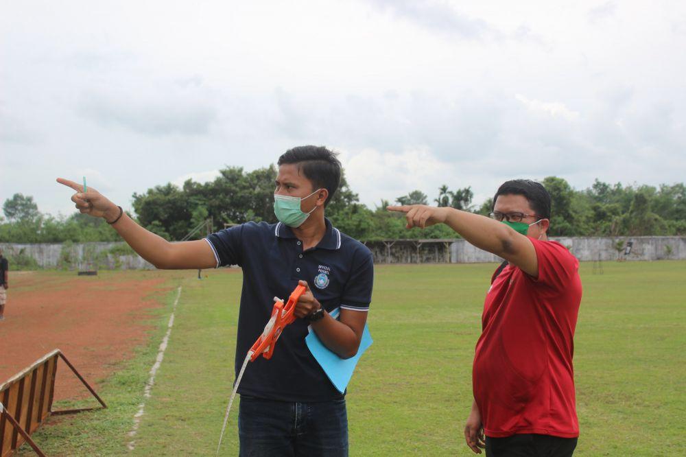 Tim dari Asprov PSSI Jambi saat mengecek kesiapan lapangan di Stadion KONI Batanghari beberapa waktu lalu. Persibri akan menjadi tuan rumah turnamen tersebut