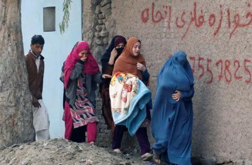 Wanita Afghanistan meninggalka lokasi ledakan dan erea pertempuran di Jalalabad.