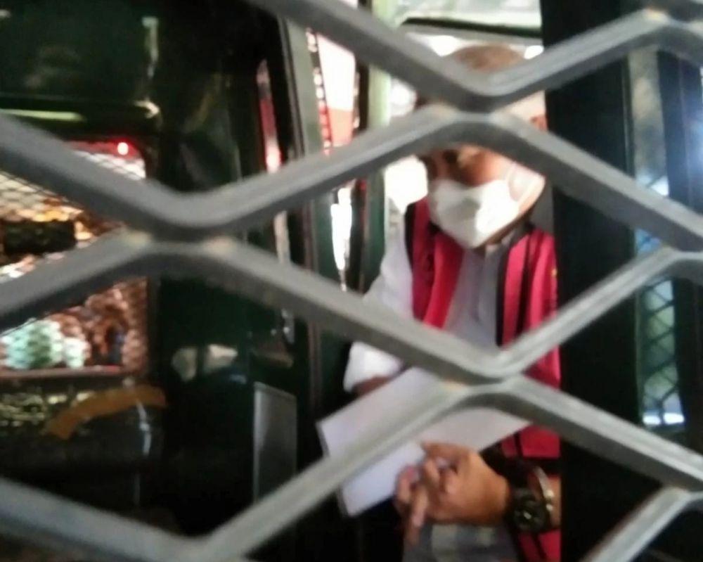 Eks Gubernur Sumatera Selatan Alex Noerdin saat memasuki mobil tahanan Kejagung, Kamis (16/9).