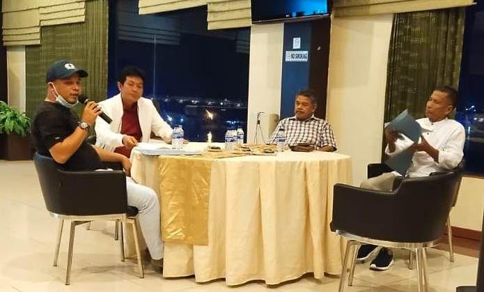 Anggota Exco PSSI Jambi Taufik, Fadhil Arief, Ketua Askab PSSI Kota Jambi Fatri dan Ketua Persibri Safril Saputra
