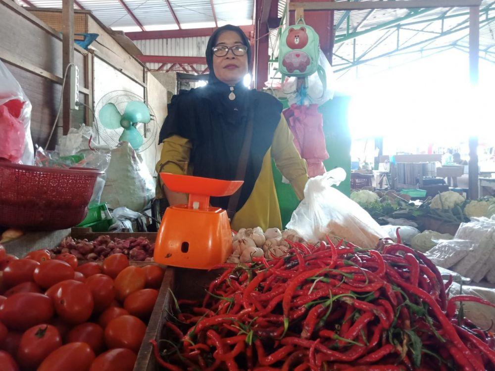 Pedagang menunggu pembali di pasar tradisional Kota Jambi.