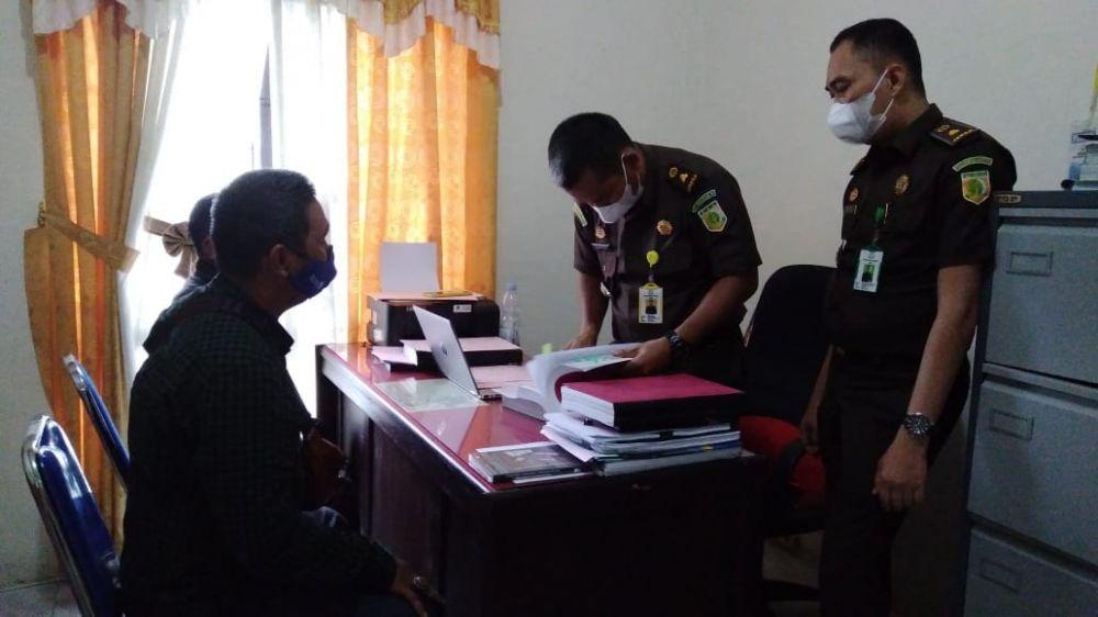 Kepala Desa Medan Seri Rambahan, AZ serta rekannya AR saat diperiksa oleh penyidik Kejaksaan Negeri Tebo terkait kasus pemalsuan ijazah.
